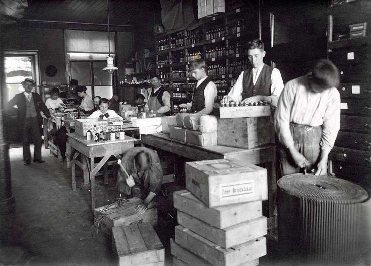 Interieur van fabriek van zeepsurrogaat la beauté in Haarlem, waar een aantal jongens aan het werk zijn. Nederland, 1918.