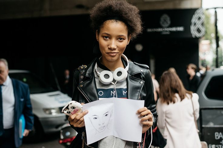 Settimana della Moda di Londra 2017  Molte ragazze si sono ricordate dell'importanza degli accessori per capelli. Per la nuova stagione autunnale la parola d'ordine è 'semplicità', quindi vanno benissimo le fascette sportive tradizionali. Sono diventate una delle tendenze principali.