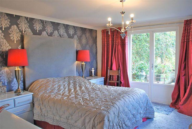 Camera da letto nelle tonalità rosso e grigio n.04
