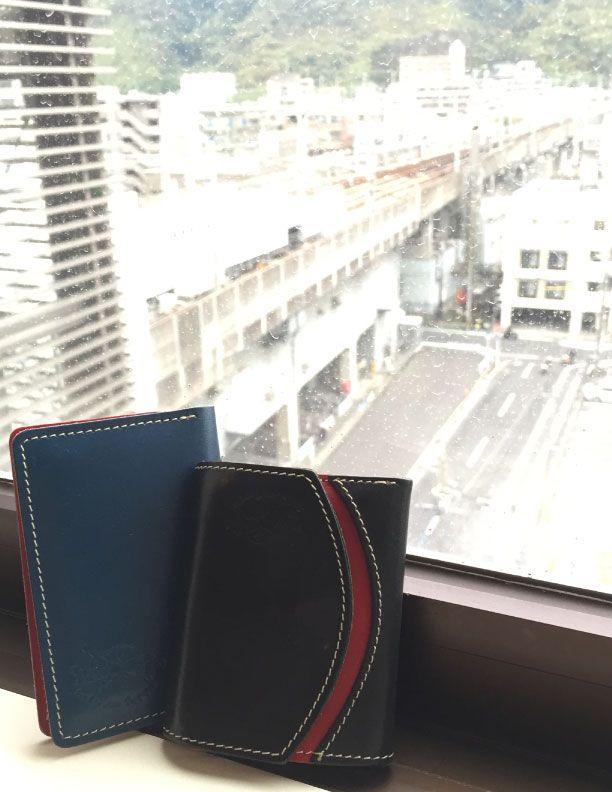 数ヶ月使ってみて、財布はかなり馴染んできました。 使い込んでいくとますます良くなってくると感じています。 名刺ケースは財布と比べてなかなか馴染むのに時間がかかりそうです。 でも楽しみです。満足しています。