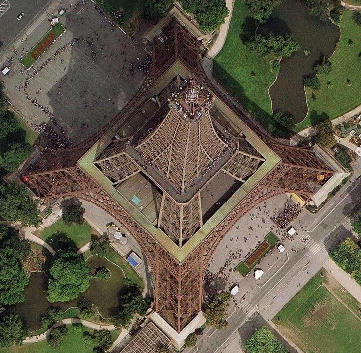Une photo originale : la Tour Eiffel... vue du ciel ! http://www.tourisme.fr/1817/office-de-tourisme-paris.htm © Yann Arthus-Bertrand