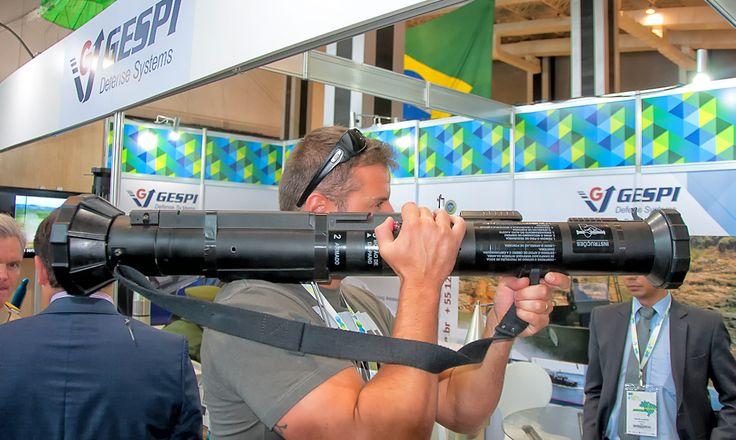 uma arma leve e descartável (7,5 kg, tiro único), permite alta mobilidade a infantaria oferecendo poder de fogo contra alvos blindados