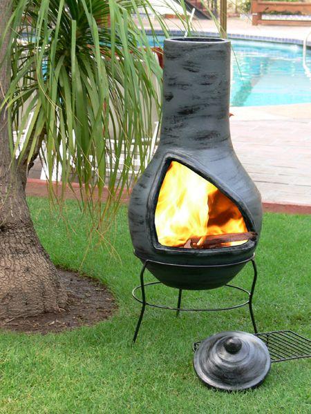Fabriqué au pays des Olmèques, de façon traditionnelle par des artisans locaux, le brasero Cholula Gris est une réelle cheminée mexicaine. La savoureuse chaleur de ce brasero mexicain vous accompagnera toute la nuitée dans une cadre confortable et détendue.  Adoucissez vos soirées autour d'une belle flamme avec vos proches,la lueur du feu, le bruissement du bois qui crépite sous le firmament...  Bien dans un jardin, sur une terrasse ou même un balcon, son design esthétique vous é...
