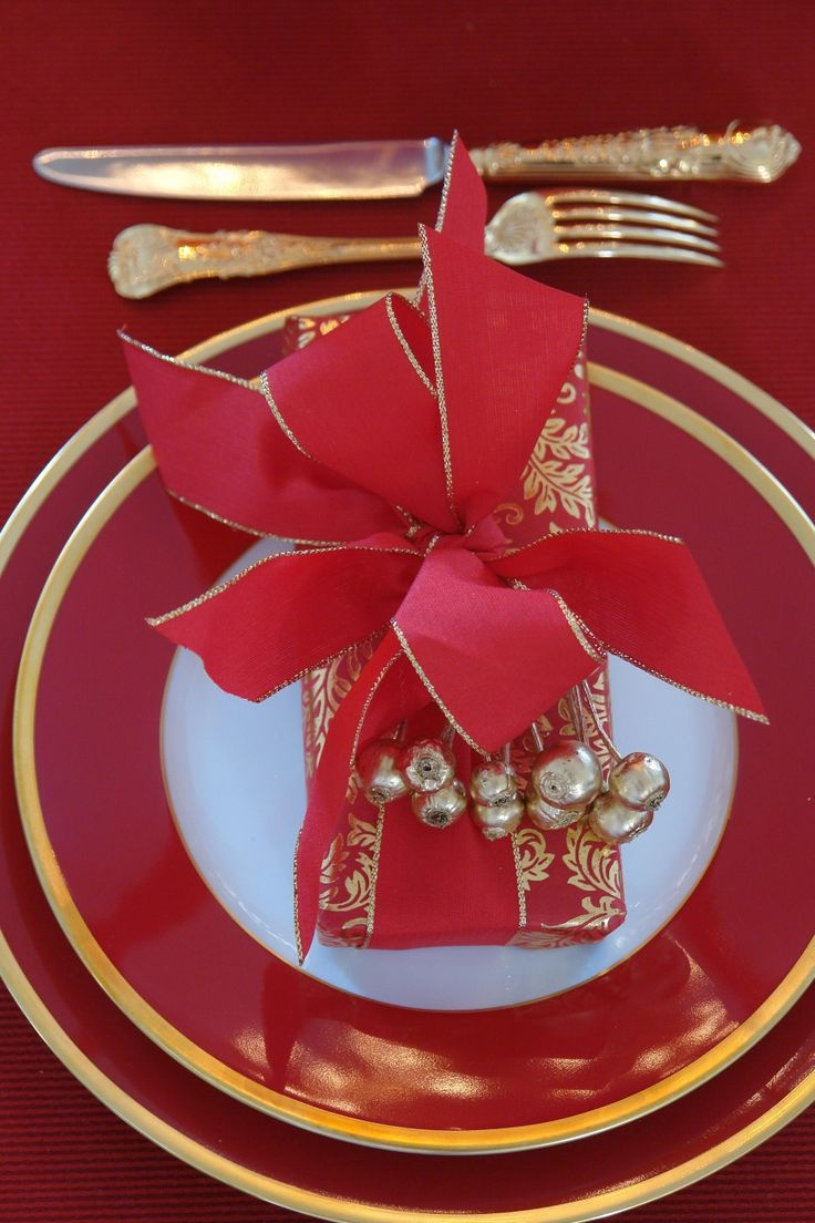 Gold christmas table setting - Red And Gold Christmas Place Setting