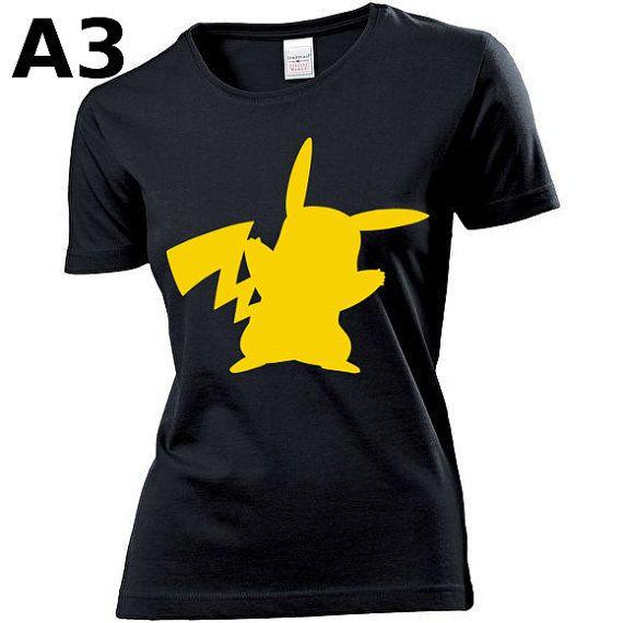 """T-shirt Noir pour Femme (différentes tailles disponibles), logo """"Pikachu"""" - Format d'impression au choix: A3 ou A4"""