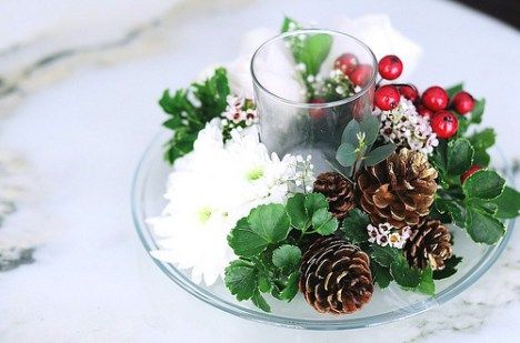 casamento no natal - centro de mesa com azevinho e pinhas