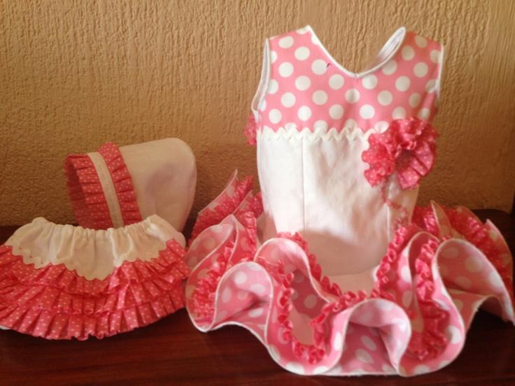 Traje de flamenca bebé ,confeccionado en pique blanco y popelín rosa con lunar blanco, doble volante.