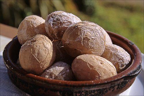 ….bilden die traditionelle Grundlage zu vielen kanarischen Gerichten. Es handelt sich dabei um kleine, runzelige Kartoffeln mit Meersalzkruste.Die Kartoffeln werden ungeschält mit Meersalz ge…