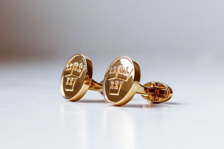 Swedish National Symbol - Three Crowns #sweden #manschettbutiken #18ctgold #cufflinks #mensfashion #menswear #threecrowns #trekronor #sverige #gold www.manschettbutiken.se #design