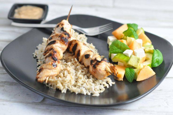 Disse kyllingespyd - eller satays - kan både laves i ovnen og på grillen. Her er de serveret med lækker peanutsauce, ris og melonsalat.