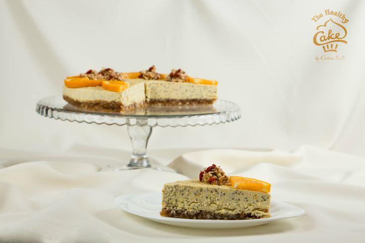 Tort de portocale #TheHealthyCake #rawvegan  Blat: migdale, stafide, curmale Crema: caju, portocale, lamaie, seminte chia, vanilie Bourbon (baton), gelatina agar-agar, miere Ornat: portocale, migdale, fructe goji