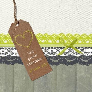 Trouwkaart met etiket groen Studio Elli & Zo Wedding invitation lace on wood with craft label green