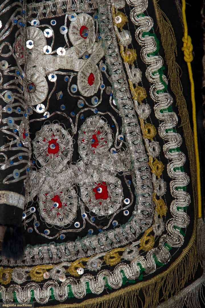 Темно-Боун шерсть, золото и серебро кружева и ленты отделки, серебряные блестки, красные шерстяные аппликации,