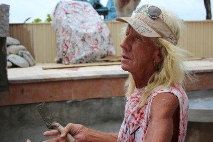 """Ron """"Foots"""" Kynes: el artista que tiene su propia escalera al cielo en Islas Caimán  Vive aislado, pero en contacto con todos los pobladores de Cayman Brac, una de las tres islas que componen a las Caimán. Su casa, rodeada de escultu... http://sientemendoza.com/2017/01/03/ron-foots-kynes-el-artista-que-tiene-su-propia-escalera-al-cielo-en-islas-caiman/"""