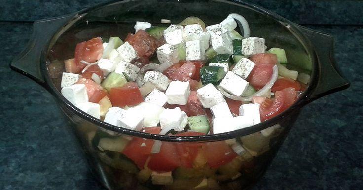 """Mennyei Sopszka saláta recept! Bulgáriában kóstoltam először a sopszka salátát és rögtön a kedvenceim közé került. Több fajtájával is találkoztam (paprikával/paprika nélkül, ecettel/ecet nélkül). Így """"megalkottam"""" a számomra legmegfelelőbb verzióját."""