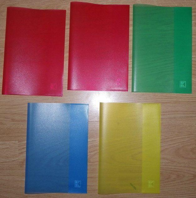 Du hast Deine Hefte in farbige Umschläge gesteckt. Am Anfang zumindest noch. | 34 Dinge, die alle gemacht haben, die in Deutschland zur Schule gegangen sind