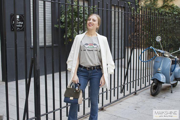 I'll be there for you - Temporada: Primavera-Verano - Tags: blazer, jeans, flared jeans, camiseta FRIENDS, Primark - Descripción: Look casual con mezcla de estilos: camiseta de la serie Friends, blazer blanca de CLP, vaqueros campana y bolso retro. #FashionOlé
