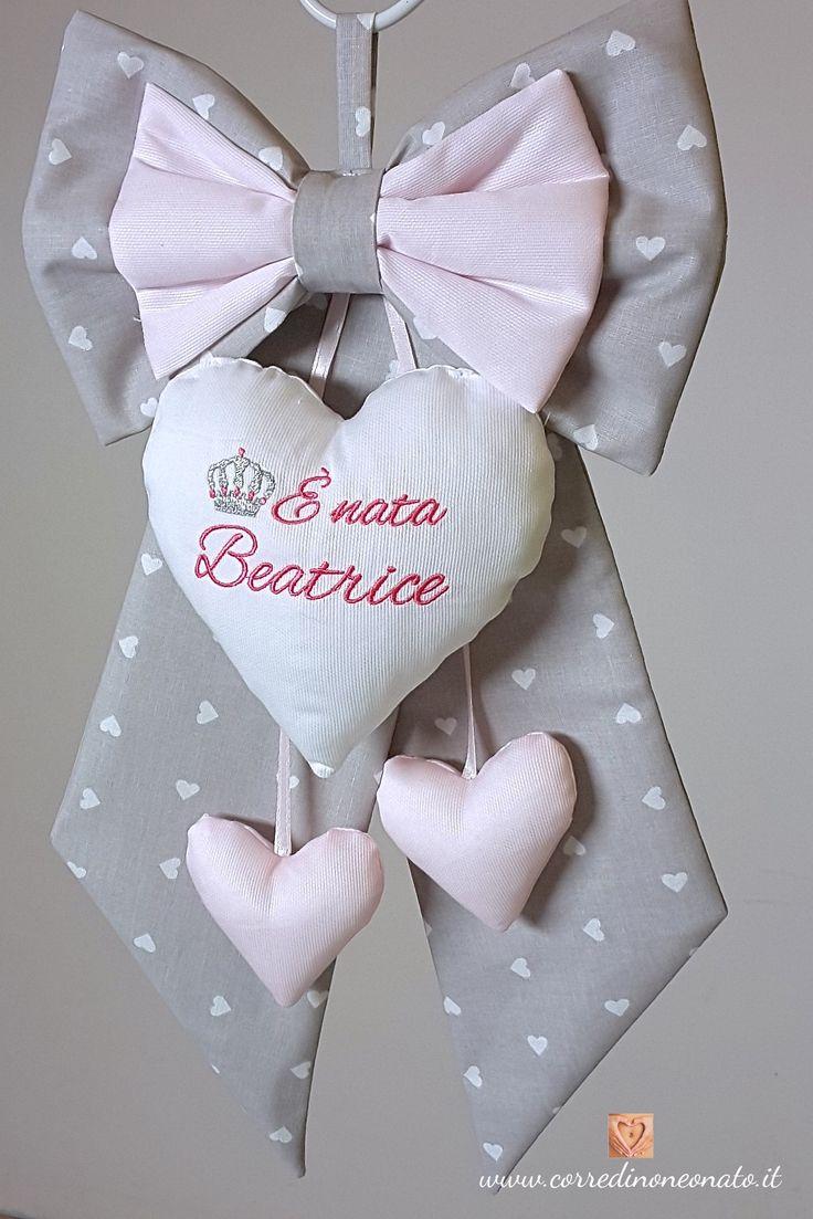 Fiocco nascita bimba Beatrice è un fiocco nascita in puro cotone creato con cura e amore in ogni suo dettaglio, di eccellente fattura, elegante, sobrio