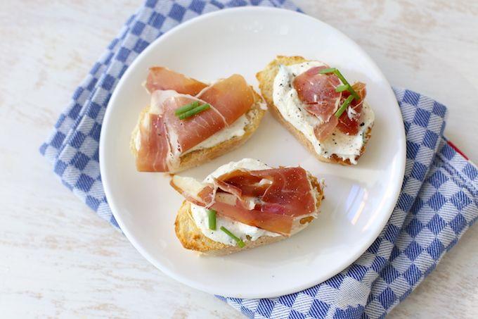 Op zoek naar een lekker recept voor bruschetta's? Maak dan eens deze variant met ricotta en ham. Heel erg lekker, simpel te bereiden en snel op tafel.