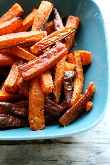 Pommes frites av søtpotet med krydder - godt tilbehør til grillmat og annet. For denne og andre gode oppskrifter besøk bloggen Mat på Bordet.