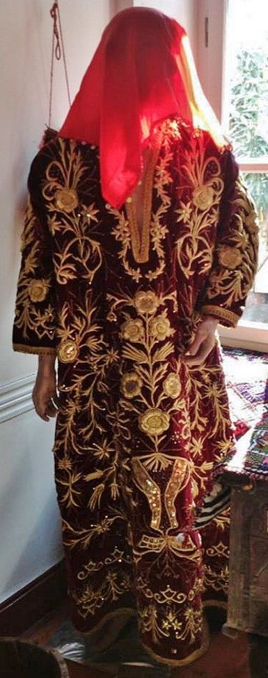 Traditional bridal/festive robe, called 'bindallı entari' ('robe with thousand branches', which referrs to the embroidered design). Late-Ottoman style (but more recent production). Hand-embroidered golden metal thread on velvet. Embroidery technique: 'Maraş işi' (= work from Kahramanmaraş). (Çanakkale Fine Arts Gallery).
