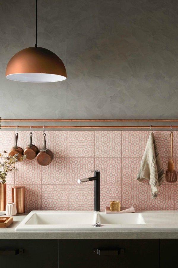 Wandtegels keuken voorbeelden: roze en koper gecombineerd