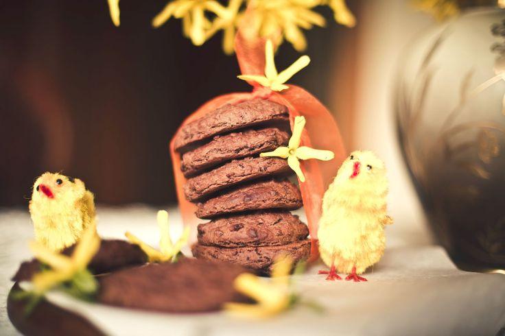 To nie są zwykłe ciasteczka. Są wyjątkowe, bo – co oczywiste – nie zawierają cukru, ale też dlatego, że ich głównym składnikiem jest czerwona fasola – cenne źródło błonnika – ważnego elementu naszej diety. Składniki: 1,5 szklanki ugotowanej czerwonej fasoli, 3 łyżki kakao, 3,5 łyżki masła orzechowego (100% orzechów), 1 łyżeczka bezglutenowego proszku do pieczenia, …