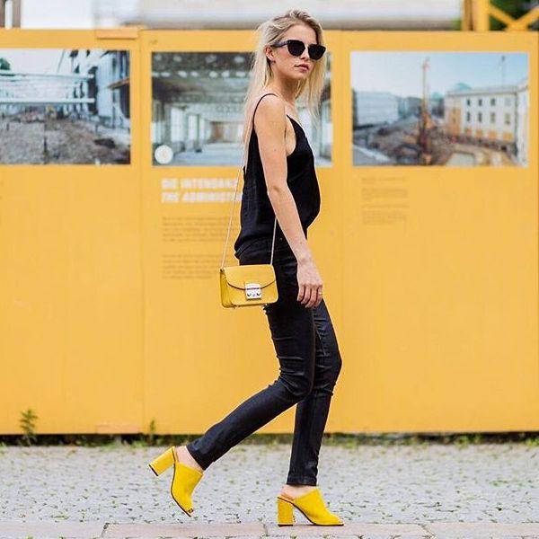 Calça preta Blusa preta Bolsa amarela Sandália amarela