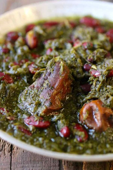 Le ghormeh sabzi est un délicieux ragoût d'herbes, servi sur du riz blanc perse cuit à la vapeur, qui est souvent considéré comme le plat national d'Iran.