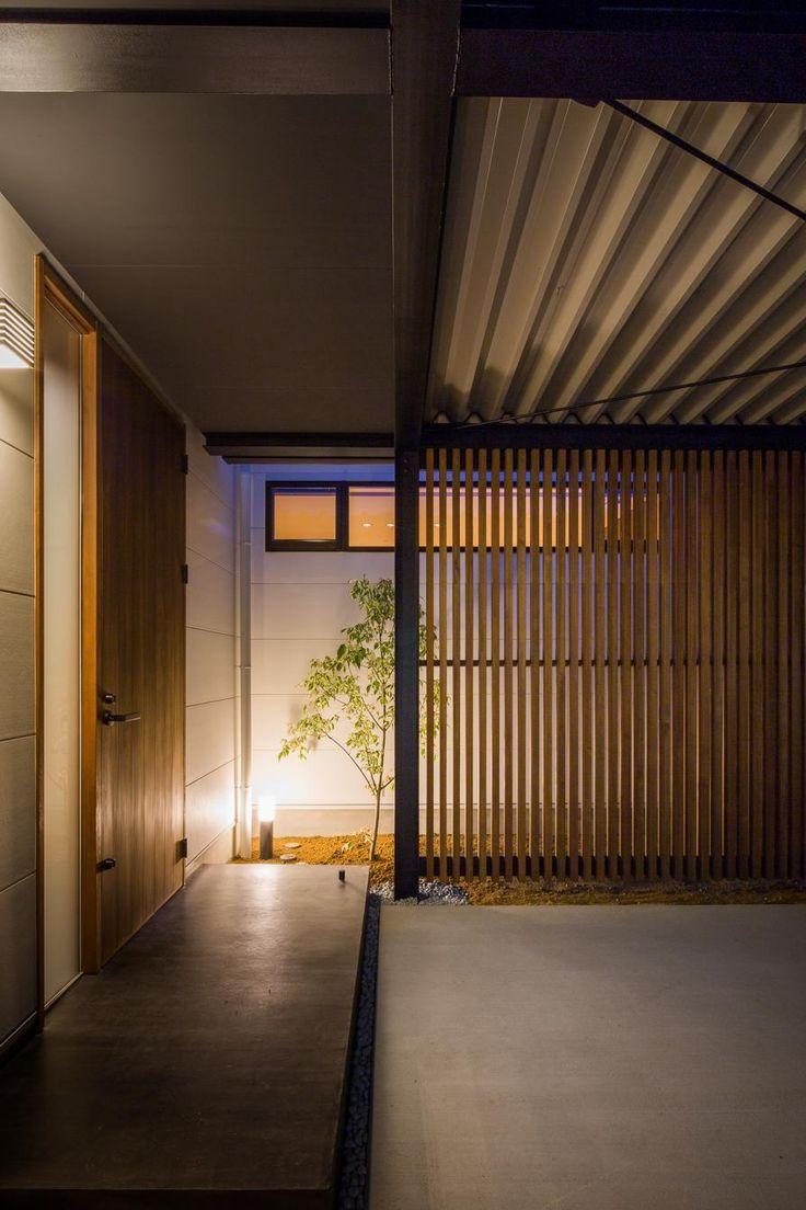 専門家:スタジオパートスリーが手掛けた、木格子のある玄関前スペース(TAKINAI HOUSE-E)の詳細ページ。新築戸建、リフォーム、リノベーションの事例多数、SUVACO(スバコ)