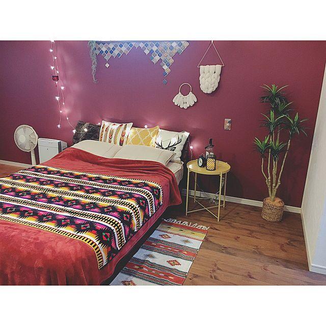 女性で、4LDKのウィリアムモリス/柿渋塗装/塗り壁/キャンドルライト/木のぬくもり/小さなお家…などについてのインテリア実例を紹介。「うちの壁紙はこれ ◎ 寝室はウィリアム・モリス ヘリテージカラー の Wine Ꙭ꙳ モリス壁紙は柄のイメージですが 無地でも色にモリスの雰囲気があって なかなか お気に入りです ( ˙º̬˙ )و ̑̑」(この写真は 2017-09-22 07:10:55 に共有されました)