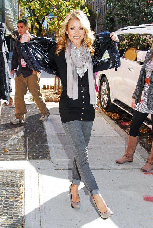 kelly ripa wearing today   Kelly Ripa, gray scarf, black sweater, blue jacket, skinny jeans