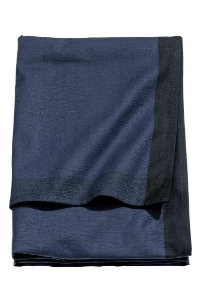 Keukenhanddoek: Een keukenhanddoek van geweven katoen met contrasterende randen en een lusje aan een van de korte zijden.