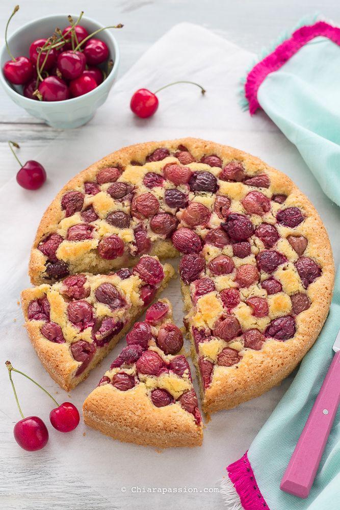 La torta alle ciliegie e mandorleè un dolce da credenza, semplice ma dal sapore strepitoso, una ricetta classica che una volta provata non si molla più! Umida al punto giusto, fresca, gustosa e facilissima da fare, di quelle da 5 minuti e via in forno; le mandorle abbinate alle ciliegie creano un