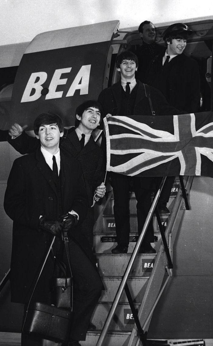 "...Брайан Эпштейн в аэропорту ""Heathrow"" перед отлётом в США (г.Лондон, 7…"
