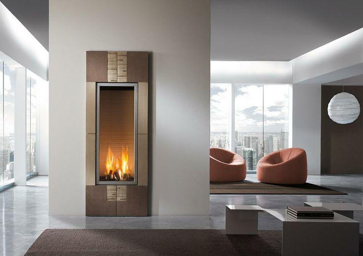 Camino mod. Kronos Caminetto con interno a gas e rivestimento in argilla lavorata a mano. I decori anch'essi in argilla, sono frutto di una sapiente lavorazione artigianale. Disponibile anche in versione bifacciale. Dimensioni: L 71 H 190 #homycalor #camini #fireplaces #gasfireplaces #riscaldamento