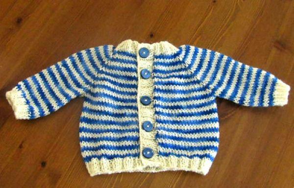 Αυτή η εύκολη βρεφική ζακέτα είναι σχεδιασμένη από την Keya Kuhn με την τεχνική του ρεγκλάν. Είναι γραμμένη σε τρία μεγέθη για μωρά από 0 έως 12 μηνών.