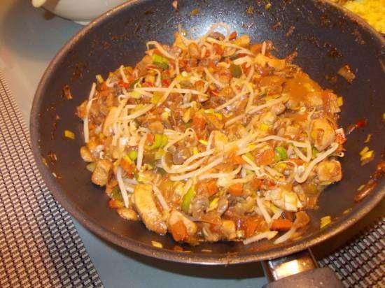 Tijdens het koken ontstond dit recept. Super lekkere zachte kipfilet in een verrukkelijke saus met veel groenten. Wij vonden het met één Spaanse peper...