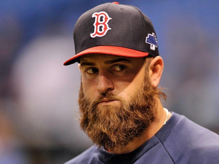 Boston Red Sox Primeira base de Mike Napoli TEM UMA das barbas Espessas não Beisebol. ELE lev SEUS Bigodes Pará a Queda Classic.