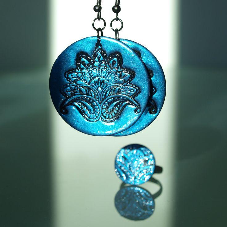 Modré kytičky Fimo korálek o průměru 4cm. Základ ječerná placka s otiskem modrého pudru. Sada s prstýnkem- polymer by teruberu