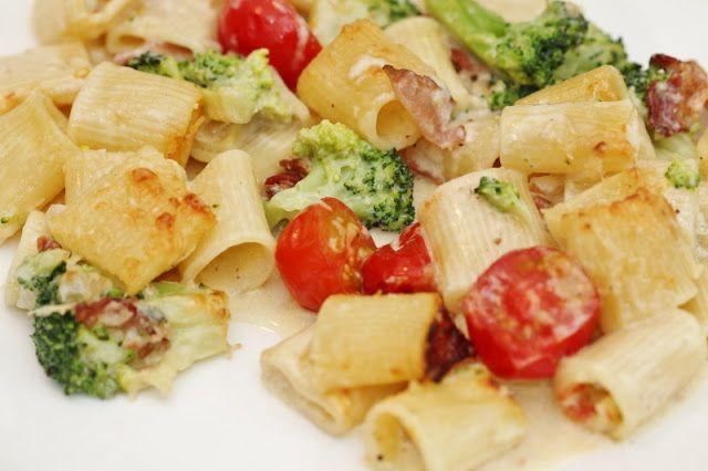 Två små kök: Krämig pastagratäng med ädelostsås, bacon, broccoli och tomater