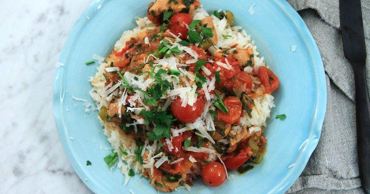 """...eller """"Pollo in casseruola con pomodorini, sedano, erbe, limone e pecorino"""" som Paolo skulle säga. Kycklinggryta med tomat, chili, rött vin, massor härliga kryddor och smulad pecorinoost. Serveras med ris."""