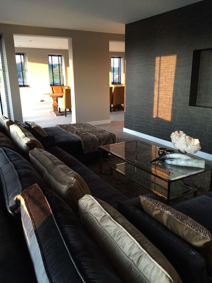 In de deze woonkamer / tv kamer is een grote U bank geplaatst, Custom made by @MaisonManon van de meubelcollectie van @Bocx met een stof van Eric Kuster en wel van zijn @Metropollitancollectie.