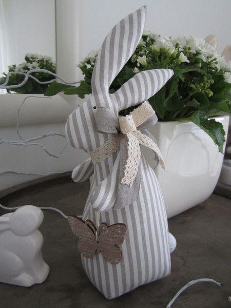 Osterhase mit Schmetterling im Landhaus-Stil  von Feinerlei auf DaWanda.com