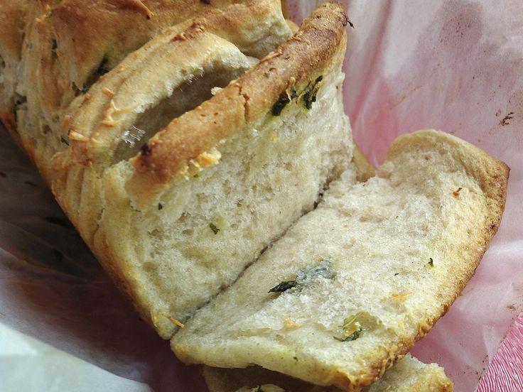 Trhací chléb byl jednou experiment na oslavu narozenin mého manžela. Chtěla jsem zaujmout něčím netradičním. Výsledkem byly domá