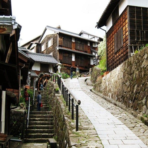 昔ながらの街並みが続く宿場町岐阜県馬籠宿でタイムスリップ観光