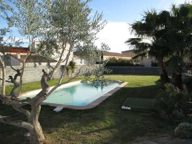Sauvian, village côté SUD de Béziers à 8km de la plage, proche gare et aéroport. Belle villa d'environ 200m² habitables, sur 1100m² de terrain paysagé avec piscine. Tout confort (chauffage au sol avec géothermie, cuisine provençale avec four à bois), et grand garage de 55m².