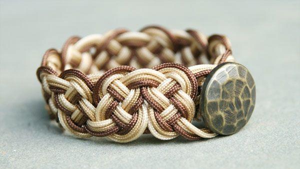 Ombré štýl pozná snáď každý a aj tento kreatívny návod na pletený náramok je ním inšpirovaný. Zaujmite svoje okolie týmto módnym doplnkom