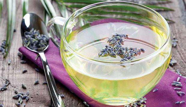 Непосредственно в критические дни чай пить исключительно с мятой и лавандой - эти травки помогут снять нервозность и раздражение, избавят от резких перепадов настроения и головных болей.