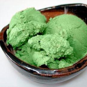 Cómo hacer helado de menta. El helado de menta es un excelente digestivo al tiempo que un postre delicioso, perfecto para quienes desean disfrutar de algo dulce pero sin excederse. Es el cierre perfecto de una cena familiar o en...